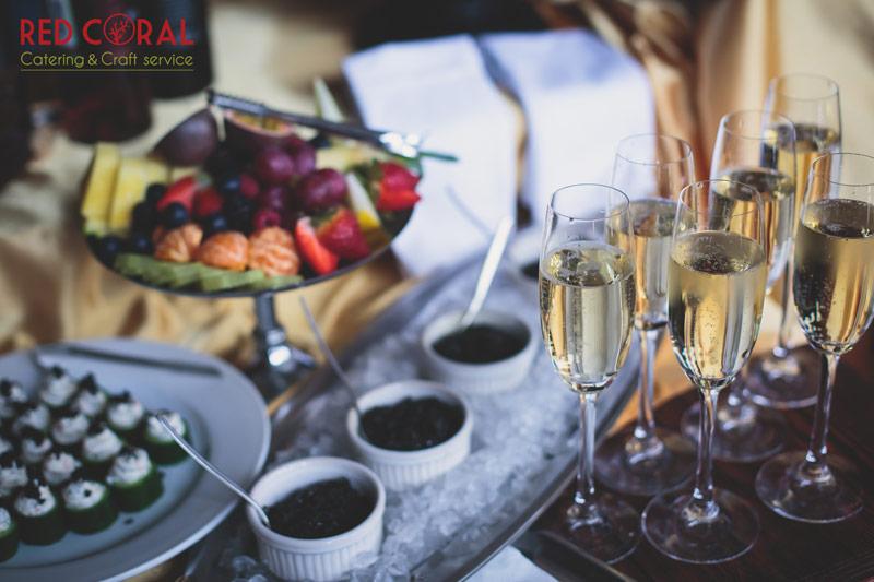 """Какво е социален кетъринг? Социалния кетъринг или още наричан """"парти кетъринг"""" обикновено е подходящ за частни събития като лични празници, фирмени коктейли или например """"welcome drink"""" за сватба."""