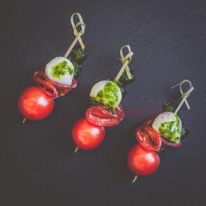 Мини шишче с моцарела, домат и пикантен салам / Коктейл хапки / Кетъринг София