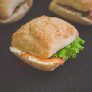 Мини чиабата със сьомга и крема сирене / Сандвичи и бургери / Кетъринг София