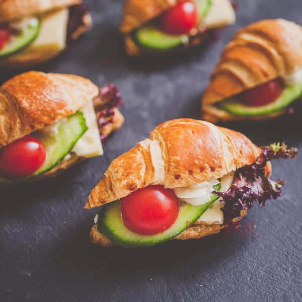 Мини кроасани с крема сирене, кашкавал и свежи зеленчуци. / Кроасани , Сандвичи поръчка / Кетъринг София