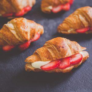 Мини кроасани с ягоди и ванилов крем