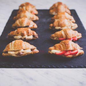 Мини кроасани с ягоди и ванилов крем / Кроасани , Сандвичи поръчка / Кетъринг София