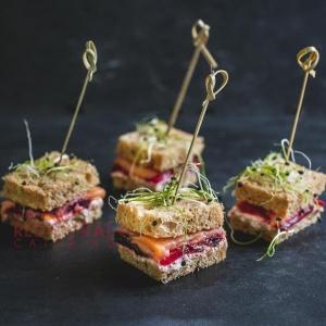 Мини сандвич с пушена сьомга, крема сирене, печено цвекло и зелена салата