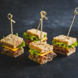 Мини сандвич с крехко свинско печено месо