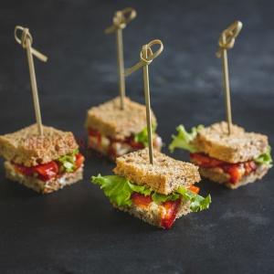 Мини сандвич с печена чушка и крема сирене